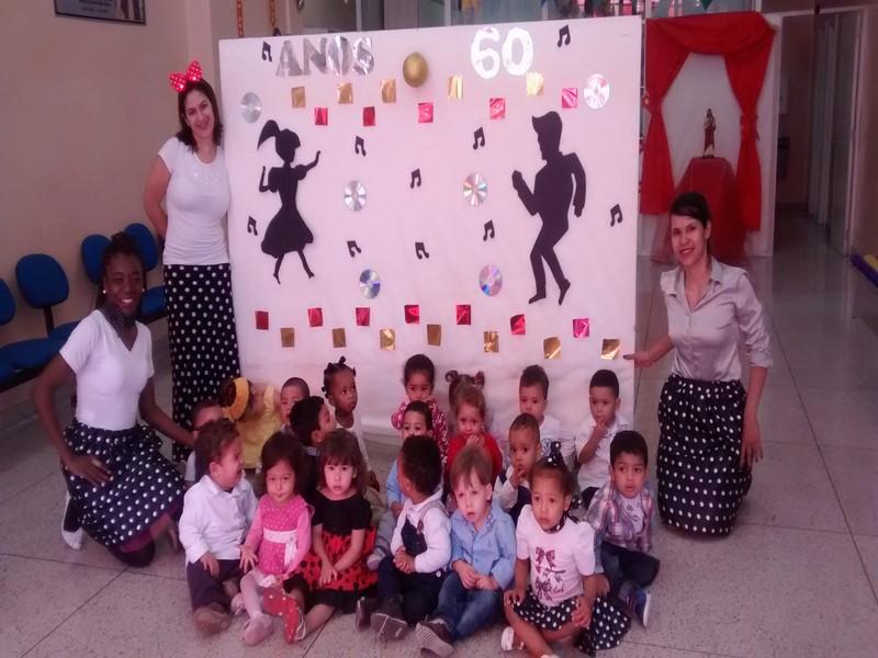 Crianças e Professoras caracterizadas.